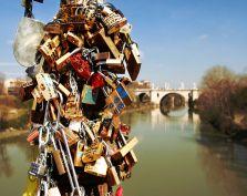 Wyznanie miłosne zawieszone na moście