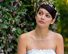 Biżuteria ślubna a typ dekoltu sukni
